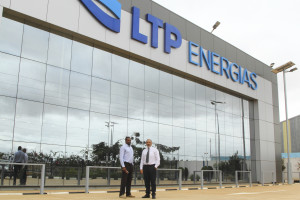 Carlos Garcia, commercial director, and Luís Figueiredo, general director of LTP Energias, in front of the company headquarters. - Credits: Lídia Onde