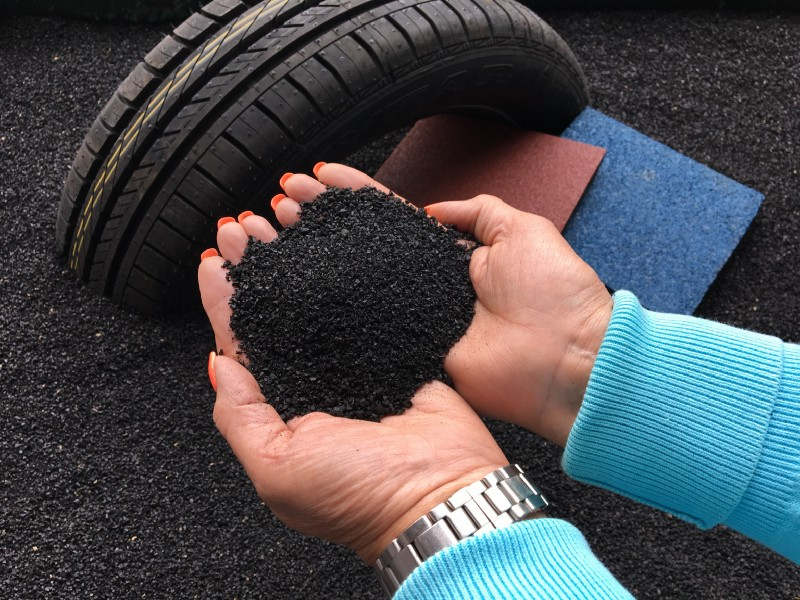 Tyres are crushed into powder granules, which are mixed with a sealing formula to create the waterproofing- Credits Andrés García (Trisol)